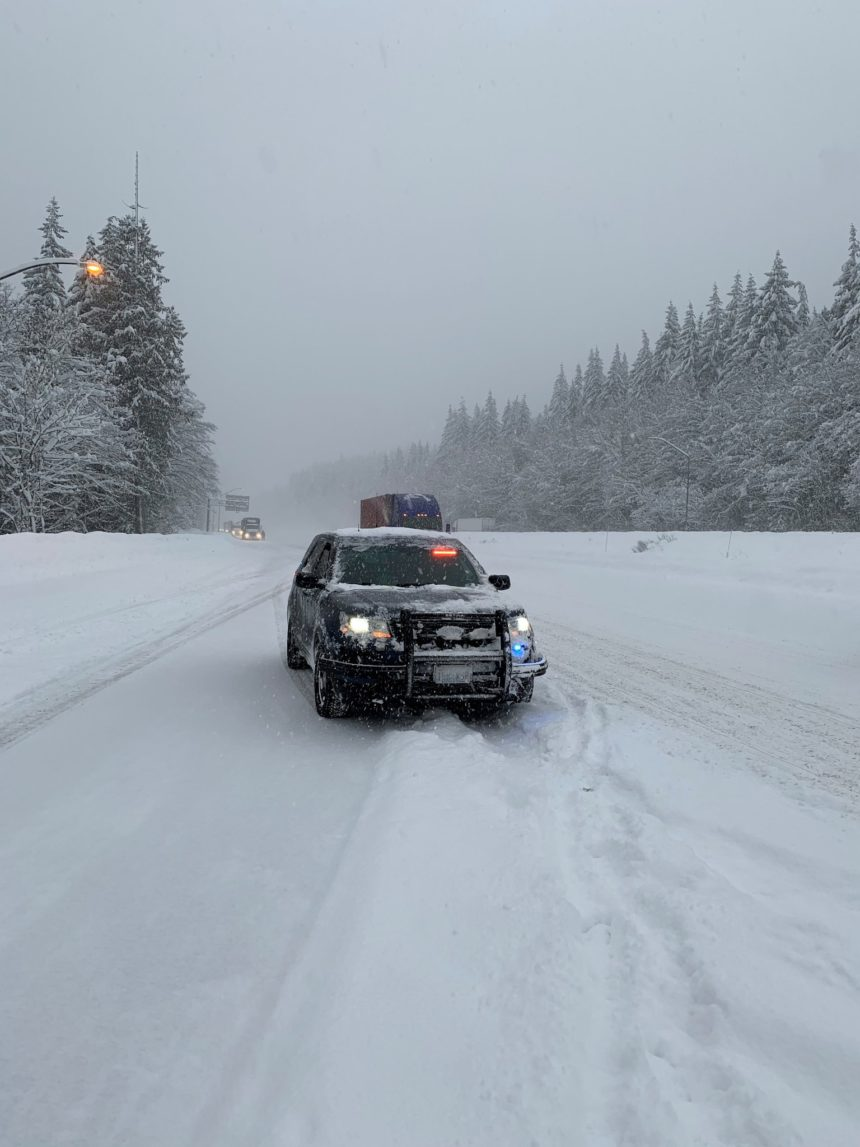 Chain up Snoqualmie Pass WSP