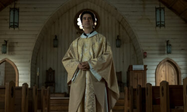 Hamish Linklater plays a mysterious priest in the Netflix series 'Midnight Mass.'